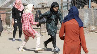 Madina Azizi und weitere Fußballerinnen 2018 in Afghanistan