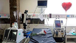 تخت «آی سی یو» متعلق به بیماری که در تهران بر اثر کرونا جان باخته است