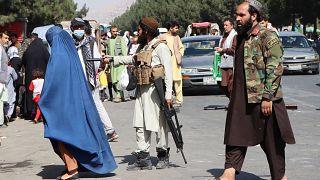 Iszlamista tálib fegyveresek a kabuli repülőtér felé vezető úton őrködnek 2021. augusztus 27-én