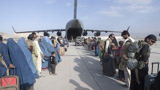 ABD Hava Kuvvetleri tahliye opersyonu kapsamında uçağa binmeyi bekleyen yolcular
