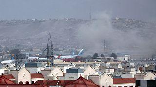 De la fumée s'élevant au-dessus de l'aéroport de Kaboul, après l'explosion qui s'est produite le 26 août 2021.