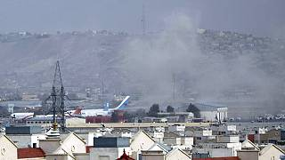 Una colonna di fumo si alza dal luogo dell'attacco terroristico nei pressi dell'aeroporto di Kabul