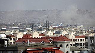 Nach dem Anschlag war eine dichte Rauchwolke am Flughafen Kabul deutlich zu erkennen