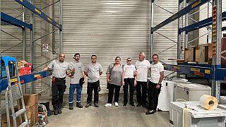 La enfermera alemana Sarah Branse y sus ayudantes en el almacén utilizado por la organización de ayuda.