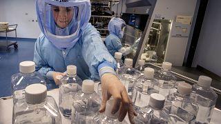 محاكاة سير العمل في غرفة الأبحاث لإنتاج لقاح بيونتيك المضاد لكوفيدـ19 في ماربورغ ، ألمانيا. 2021/03/27
