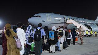 هواپیمای نظامی فرانسه که گروهی از شهروندان این کشور و همچنین افغانستان را به سمت فرانسه منتقل خواهد کرد