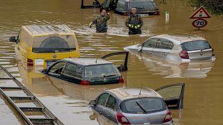 سيارات غارقة على طريق في إرفتشتات بألمانيا بعد هطول أمطار غزيرة حطمت ضفاف نهر إرفت ، مما تسبب في أضرار جسيمة  في 17 تموز/يزليز 2021