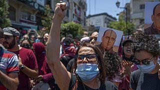 متظاهرون غاضبون يحملون صور نزار بنات يرددون شعارات مناهضة للسلطة الفلسطينية خلال مسيرة احتجاجية على وفاته - 24 يونيو، 2021