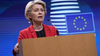 """la presidenta de la Comisión Europea, Ursula von der Leyen, condenó los """"ataques cobardes e inhumanos"""" y subrayó que es """"fundamental garantizar la seguridad en el aeropuerto""""."""