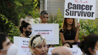 مرضى السرطان يحملون لافتات خلال اعتصام احتجاجا على نقص الأدوية وسط الأزمة الاقتصادية الحادة في لبنان أمام مقر الأمم المتحدة في بيروت ، لبنان ، الخميس 26 أغسطس