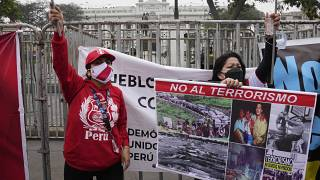 Egymásnak estek a tüntetők a perui parlamentnél