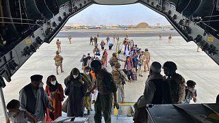 İspanya Hava Kuvvetleri'ne ait A400 uçağıyla Kabil'den tahliye edilecek Afganistan vatandaşları