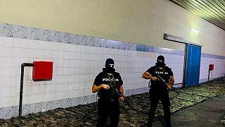 صورة نشرتها شرطة مونتينيغرو لما قالت إنه أكثر من طن من الكوكايين مخبأ في شحنة من الموز، 27 أغسطس 2021