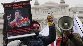 Protest gegen die neue Regierung von Pedro Castillo vor dem Parlament in Lima