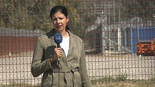 """L'inviata al confine tra Ungheria e Serbia: dietro, i container di """"accoglienza"""" per gli afghani."""