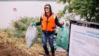 Önkéntesek tisztítják a Tisza vizét