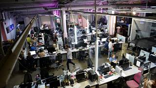 صحافيون يعملون في غرفة للاخبار في قناة دوزد في موسكو. 2021/08/20