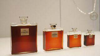 صورة من الارشيف - زجاجات عطر شانيل رقم 5 في معرض معهد متروبوليتان للفنون للأزياء في نيويورك -2005