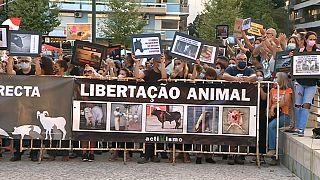 Protesta contra la tauromaquia en el exterior de la plaza de Campo Pequeno en Lisboa