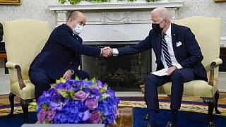 بايدن يصافح رئيس الوزراء الإسرائيلي نفتالي بينيت أثناء لقائهما في المكتب البيضاوي للبيت الأبيض، الجمعة، 27 أغسطس، 2021