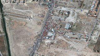 La folla al cancello nord-est dell'aeroporto internazionale Hamid Karzai, a Kabul, in Afghanistan