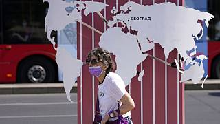 Una mujer con mascarilla pasea por Blegrado, Serbia, el 23 de agosto de 2021
