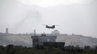 مروحية أمريكية من طراز شينوك تحلق فوق السفارة الأمريكية في كابول ، أفغانستان.