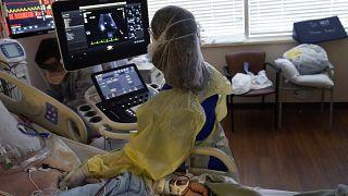 مريض مصاب بفيروس كوفيد -19 في حالة حرجة في وحدة العناية المركزة في مركز ويليس نايتون الطبي في شريفبورت - لوس أنجلس.