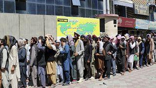 Végeláthatatlan sorok a kabuli bankok előtt