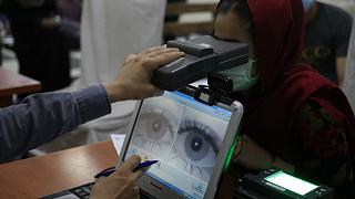 Útlevélért folyamodó afgán nő biometrikus vizsgálata június végén