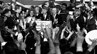 El 5 de junio de 1968, el senador Robert F. Kennedy se dirige a los trabajadores de la campaña momentos antes de ser disparado en Los Ángeles, Estados Unidos.
