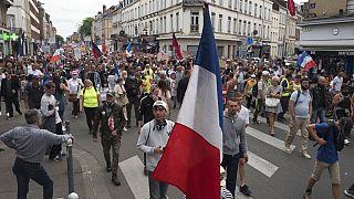"""""""Нет — санитарным пропускам"""": во Франции прошли многотысячные акции протеста"""