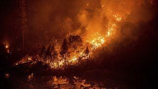 Un vaste feu de forêt menace le lac Tahoe envahi par des fumées toxiques