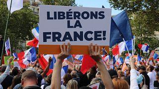 Fransa'da Covid-19 önlemleri protesto edildi