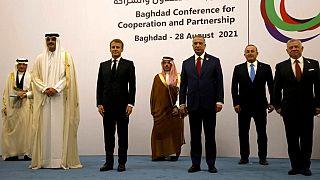 Los principales líderes y representantes de Catar, Arabia Saudí, Francia, Jordania e Irak posan para una foto en la cumbre celebrada en Bagdad. El 28 de agosto de 2021.