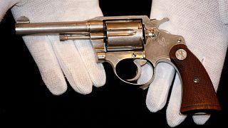 Açık artırmada satılan tabanca