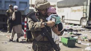 Un marine de EEUU lleva a un bebé en el proceso de evacuación en el aeropuerto de Kabul