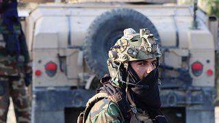 Iszlamista tálib fegyveres a kabuli Hamid Karzai Nemzetközi Repülőtér előtt őrködik