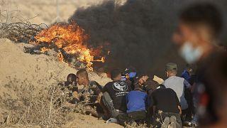 Szélsőséges tüntetők felégetett autógumik mögé bújnak Gáza déli részén, Kán Juniszban