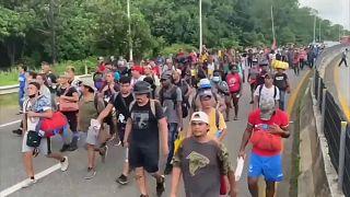 Cientos de migrantes avanzan por la carretera en dirección al centro de México