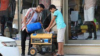 الشوارع التجارية في العاصمة الليبية طرابلس مملوءة بالمولدات الجاهزة للعمل عند انقطاع التيار الكهربائي الرئيسي