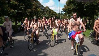 Des cyclistes défilent nus à Amsterdam pour défendre la sécurité des vélos et l'environnement