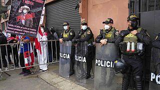Un detractor de Pedro Castillo porta una pancarta augurando hambre y miseria para Perú durante una protesta frente al Congreso