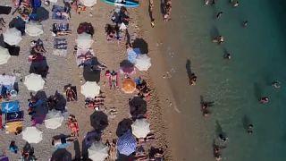 Strandolók a dubrovniki tengerparton