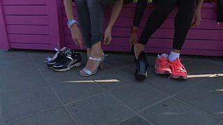 Участницы готовятся к забегу на шпильках