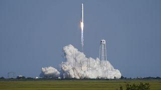 صاروخ أنتاريس نورثروب غرومان ينطلق من منصة الإطلاق في منشأة الطيران التجريبية التابعة لوكالة ناسا ، الثلاثاء 10 أغسطس 2021 ، في جزيرة والوبس ، فيرجينيا.