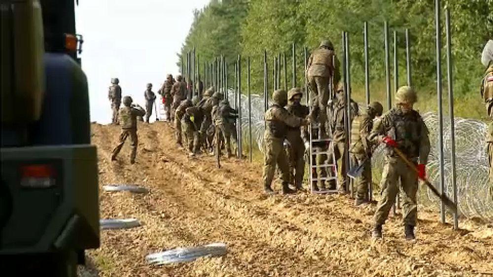 Még több lengyel katona érkezett a belarusz határra | Euronews