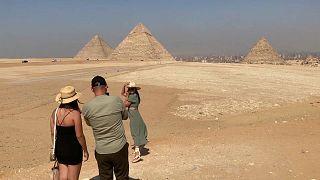 Туристы у пирамид Гизы (Египет)