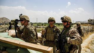 Marines y militares alemanes inspeccionan una puerta de entrada en el Aeropuerto Internacional en Kabul, Afganistán, el 19 de agosto de 2021.