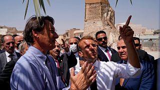 الرئيس الفرنسي إيمانويل ماكرون يزور مجمع مسجد النوري التاريخي، الذي تضرر في المعارك مع تنظيم الدولة الإسلامية في عام 2017 ويعاد بناؤه في الموصل، شمال العراق.
